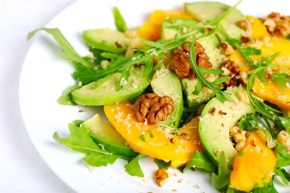 Рецепт дня: салат с манго и орехами