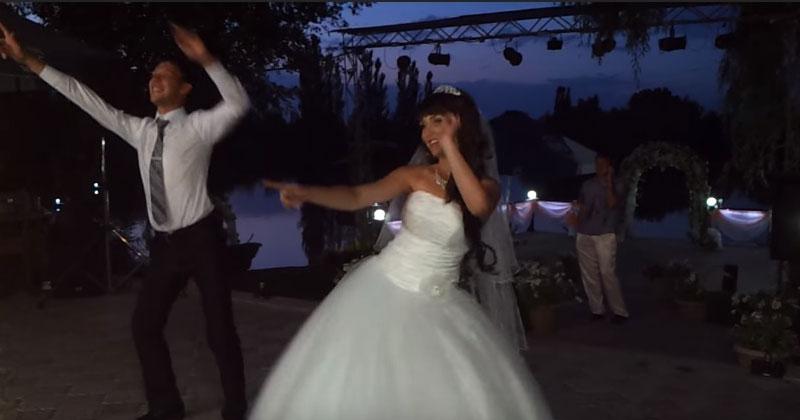 Самый оригинальный и позитивный свадебный танец. Счастья молодым!