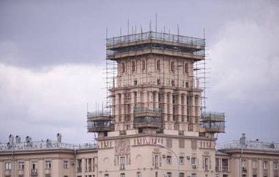 На сталинской высотке в Москве обновят 16 бетонных фигур