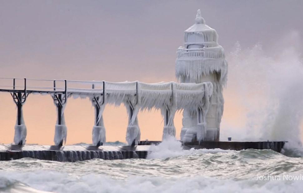 Маяк, который превратился в ледяной замок