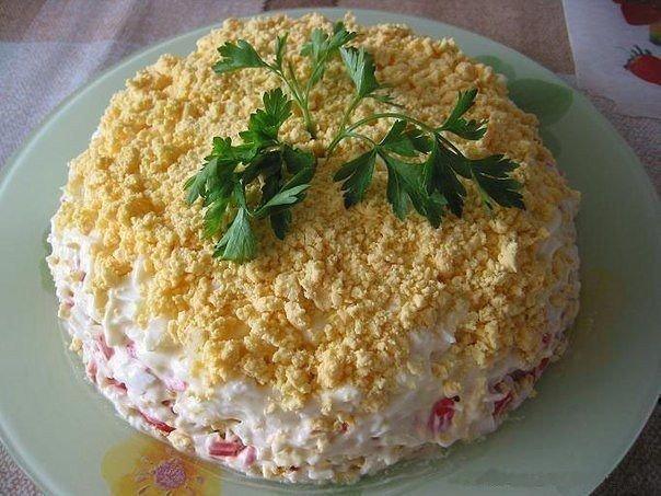 Советую приготовить — замечательный слоеный салатик к праздничному столу!