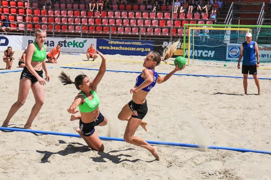 Жаркая борьба женщин на песк…
