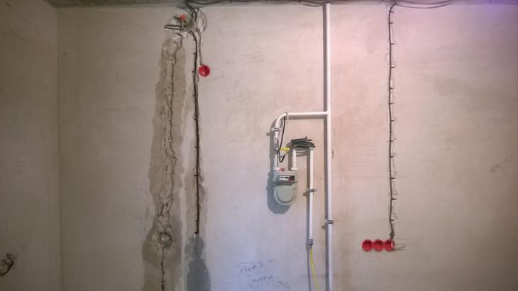 Ремонт в «двушке»: красная прихожая и серый зал
