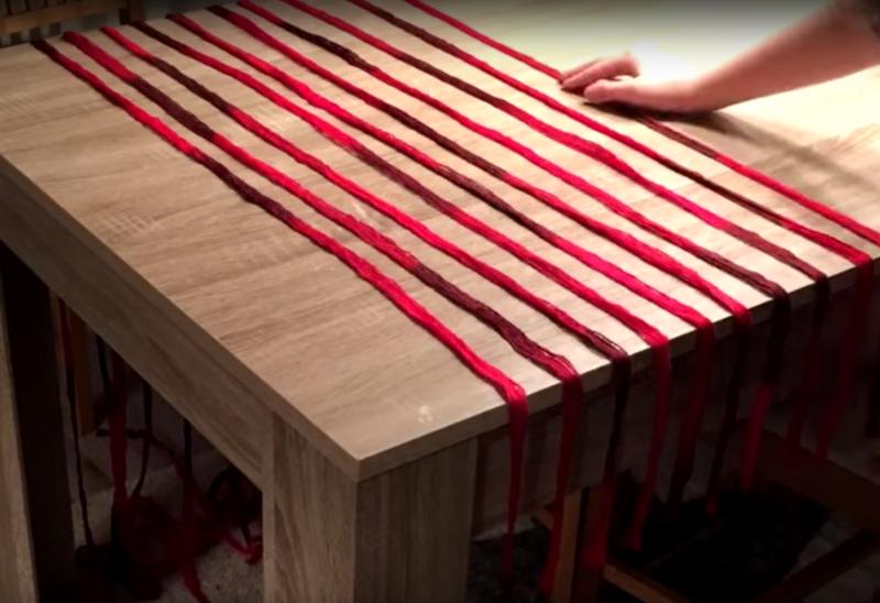 Просто разложите несколько прядей шерсти на столе. И все, кто увидит этот прекрасный аксессуар, будут в восторге