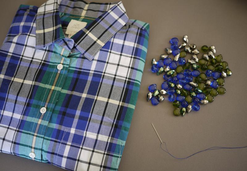 Декорируем планку рубашки бусинами