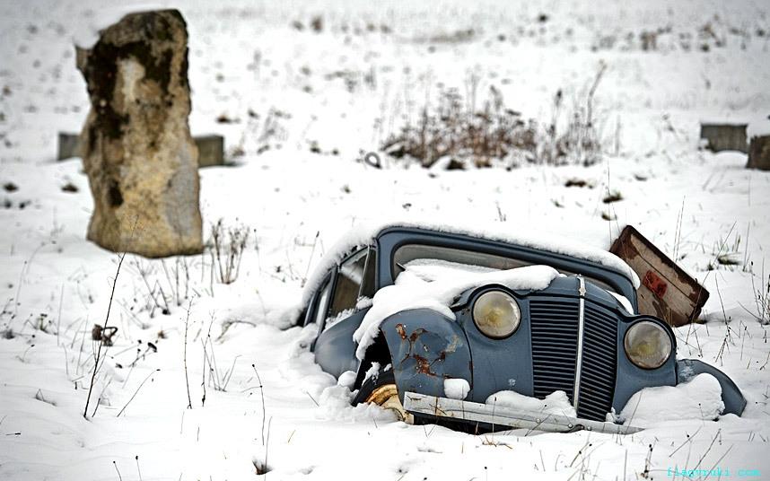 Сломанный автомобиль на окраине Бургиньона, восточная Франция.