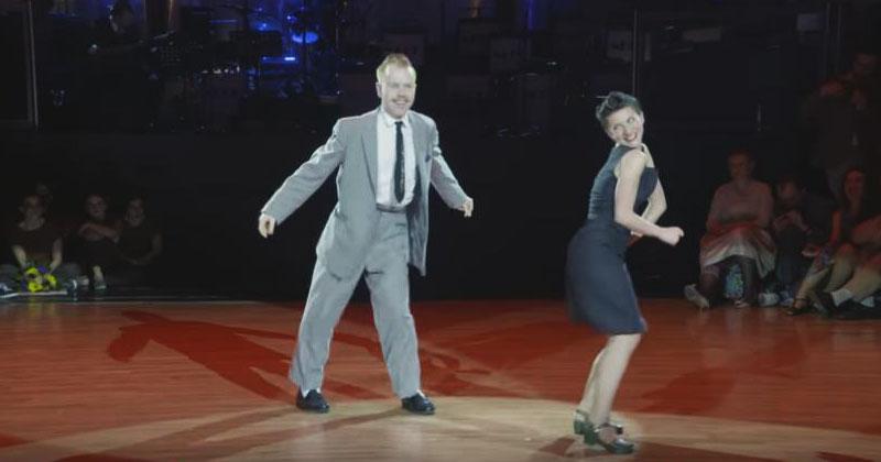 Он пригласил ее на грязные танцы, и она согласилась. Через секунду публика запищала от восторга!