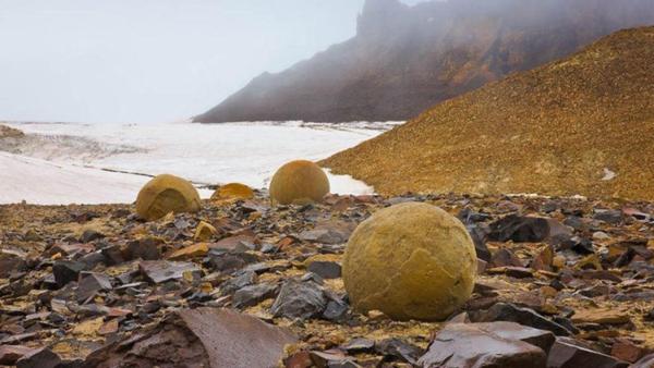 Камни разбросаны по все территории острова
