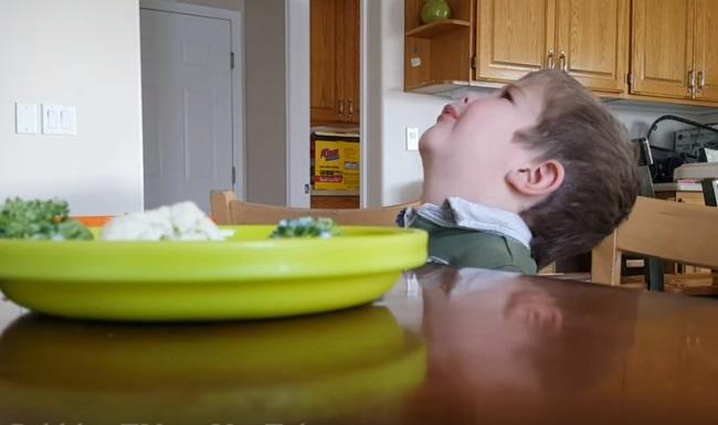 Малышу нужно съесть овощи! Его реакция — это нечто!