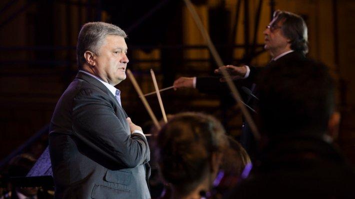 Порошенко обратился к Польше с призывом «дружбы» против «третьей стороны»