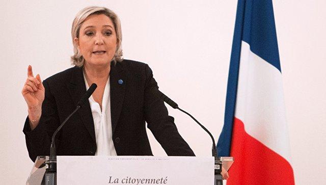 Ле Пен потребовала убрать флаг Евросоюза во время интервью на телевидении