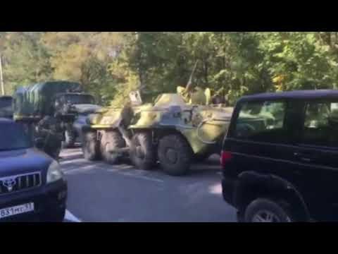 БТР и вооруженные военные возле колледжа в Керчи