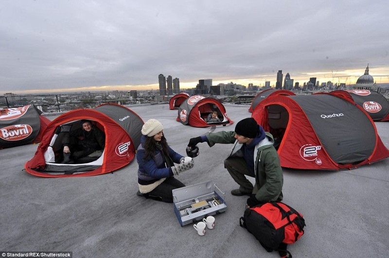 Кемпинг на крыше: в 2009 году компания Bovril разбила для отдыхающих палатки на крыше одного из небоскребов в центре Лондона кемпинг, мир, опасность, отдых, палатка, путешествие, турист, экстрим