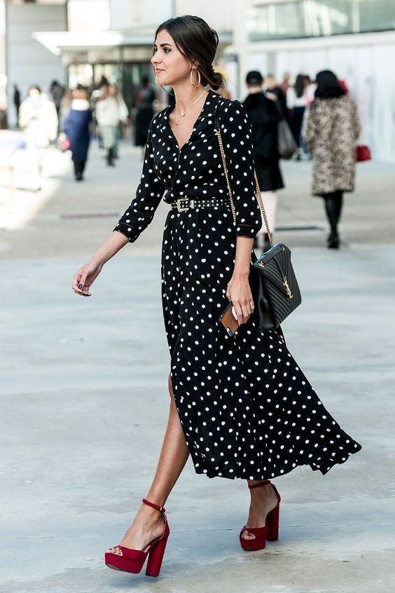 Девушка в черном платье в гороше