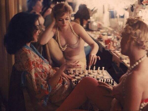 Нью-Йорк, 1958 год. Танцовщицы в ночном клубе играют в шахматы.