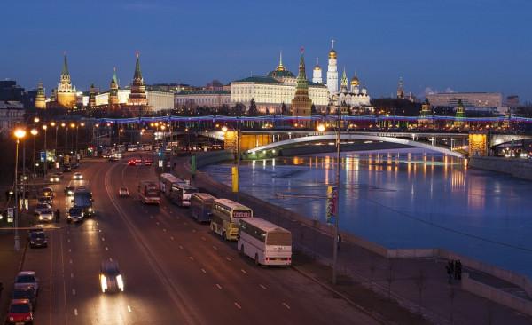 Мужчина упал с моста возле Кремля