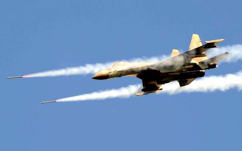 Серию мощных авиаударов по ИГИЛ в Сирии засняли с беспилотника