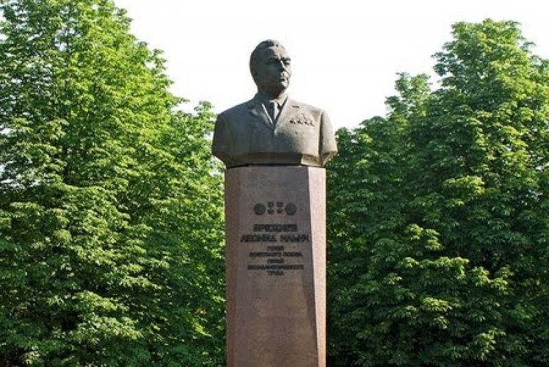 Декоммунизаторы требуют снести памятник Брежневу в Днепродзержинске: за то, что опустил железный занавес между Украиной и Европой