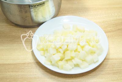 Картофель нарезать кубиками, воду вскипятить в кастрюле.