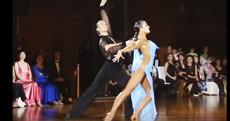 Всемирную известность этому танцу принесло платье танцовщицы. Точнее — вопрос: это — платье? Или его отсутствие?