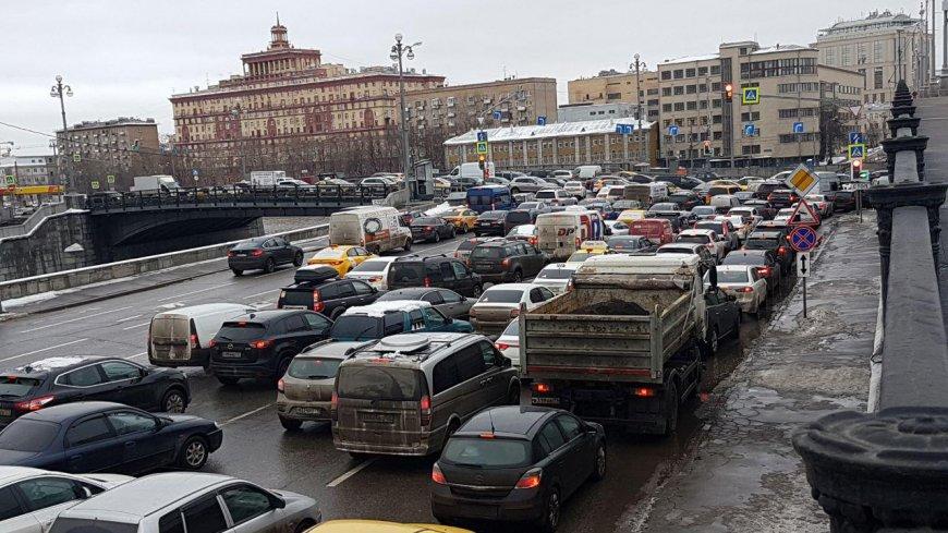 Российским водителям напомнили о вступающих в силу с 1 декабря изменениях в ПДД