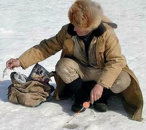 рыбак зимой в тулупе