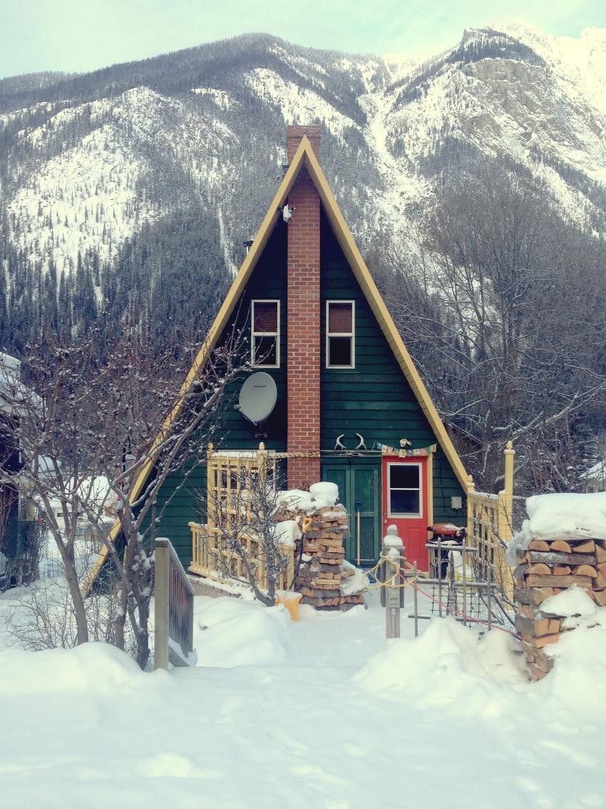 Дом-шалаш — оригинальный вариант загородной постройки и необычная альтернатива стандартным дачным домикам