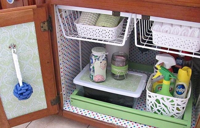 Пространство под раковиной идеально подойдет для хранения бытовой химии, щеточек, перчаток и прочих мелочей.
