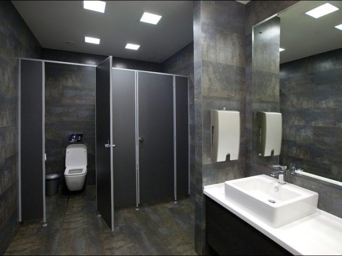 В туалете офиса страховой ко…