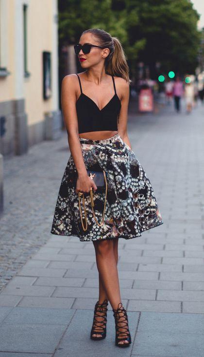 Девушка в черном кроп-топе