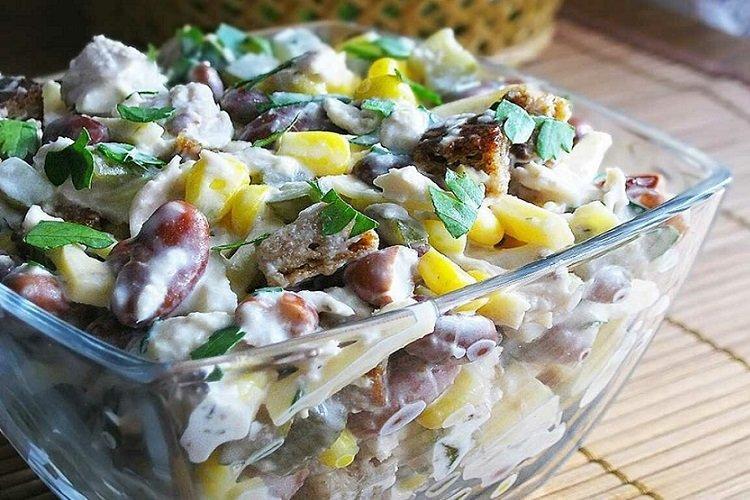 Салат из курицы, фасоли и кукурузы
