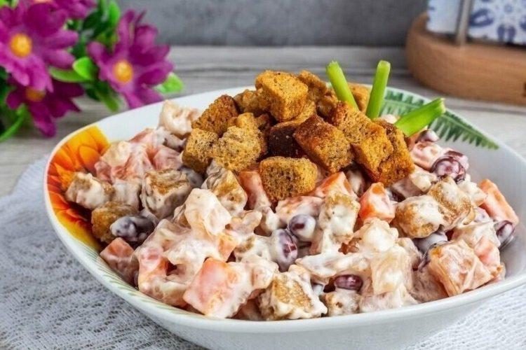 Салат из копченой курицы, фасоли и сухариков