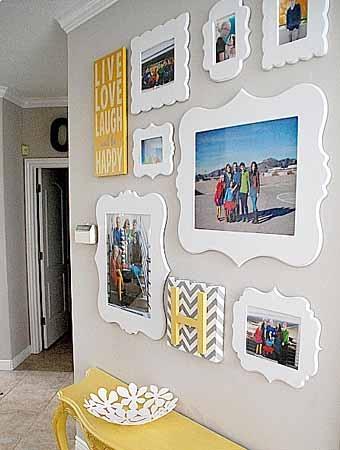 фотографиии в белых рамках осветлят стену комнаты