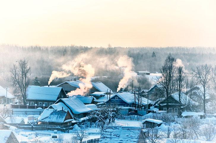 Бабка Ильинична, как ее многие называли, жила с дочкой в крайнем обветшалом домишке на нашей улице