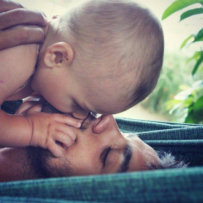На эти фото хочется смотреть бесконечно!.. Фотографий отцов, которые недавно получили самый ценный подарок в жизни.
