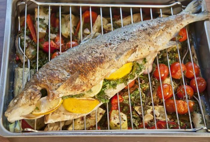 Для запекания хорошо подходят базилик, чабрец, столовый хрен, фенхель, петрушка / Фото: fishcam-store.ru