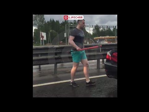 """В Петербурге водитель BMW разбил стекло """"Нивы"""" киркой"""
