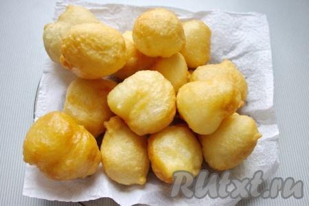 Готовые греческие пончики выложить на бумажное полотенце, чтобы впиталось лишнее масло.