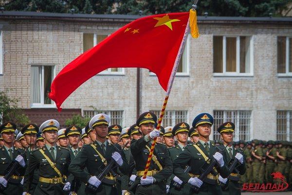 Китайские военнослужащие репетируют в Минске участие в параде 3 июля