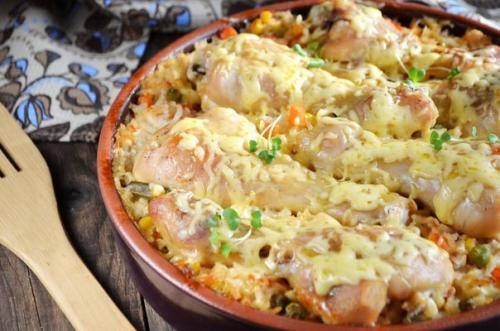 Куриные ножки, запеченные с рисом и овощами.