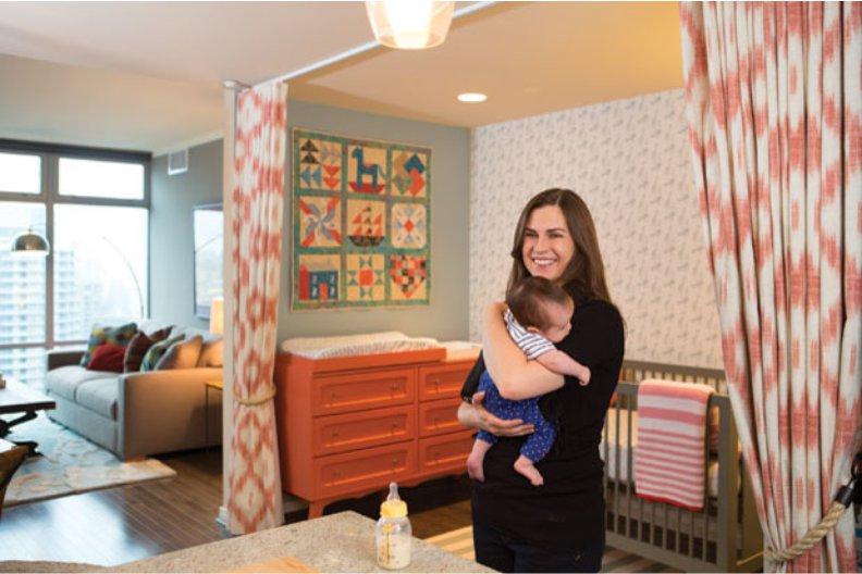 Зонирование спальни родителей и ребенка с помощью шторы и перегородки