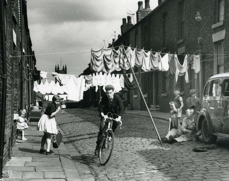 Обаяние трущоб Манчестера в фотографиях Ширли Бейкер 1960-х годов 25