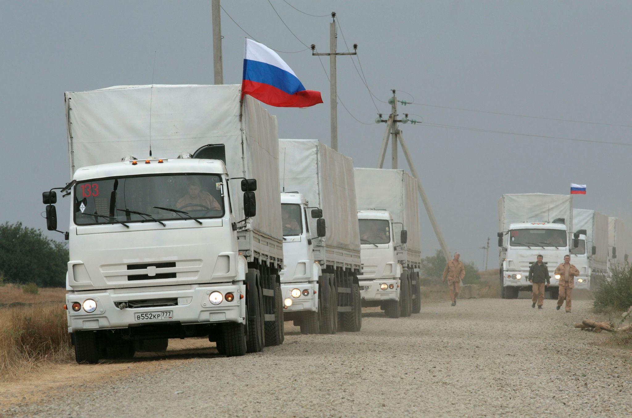 Жители Донбасса встречали первые российские гуманитарные конвои со слезами радости