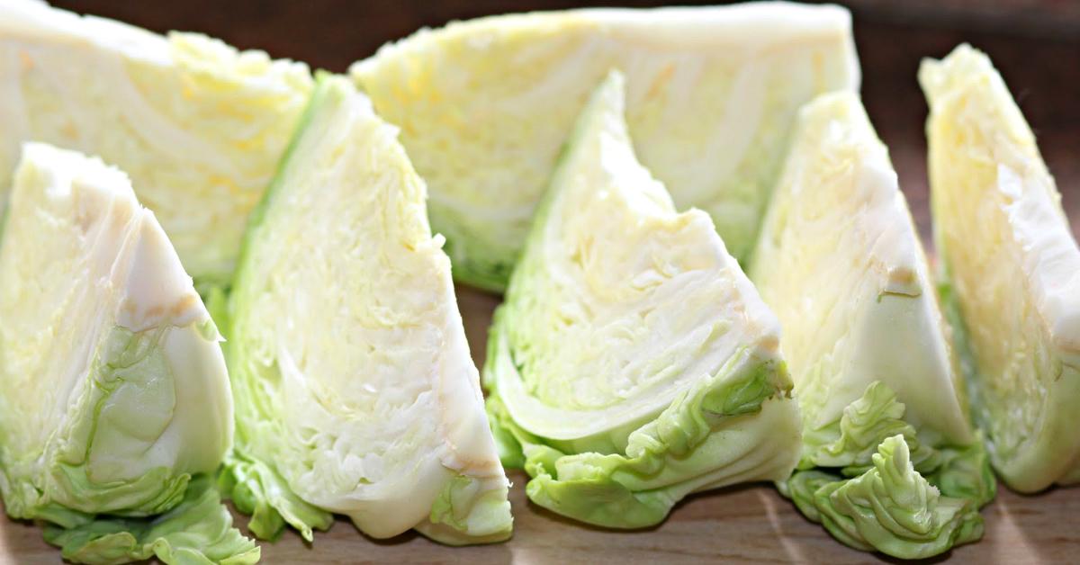 Вечером хозяйка нарезает 2 кочана капусты. С утра получается восхитительная закуска