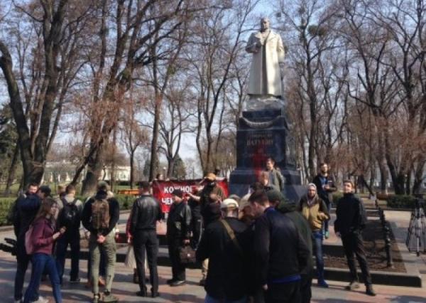 Националисты попытались снести памятник Ватутину в Киеве