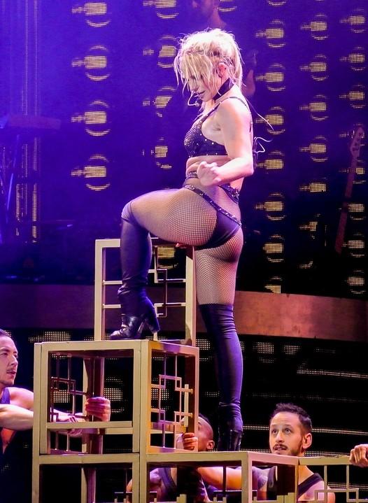 Бритни Спирс устроила жаркое представление, где продемонстрировала все недостатки своей фигуры
