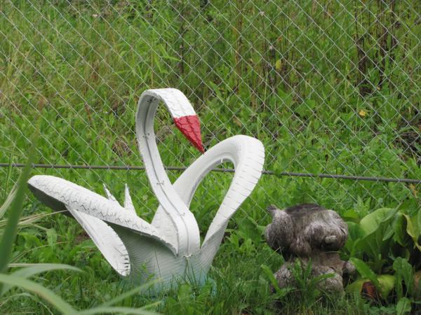 Фигура лебедя из шин