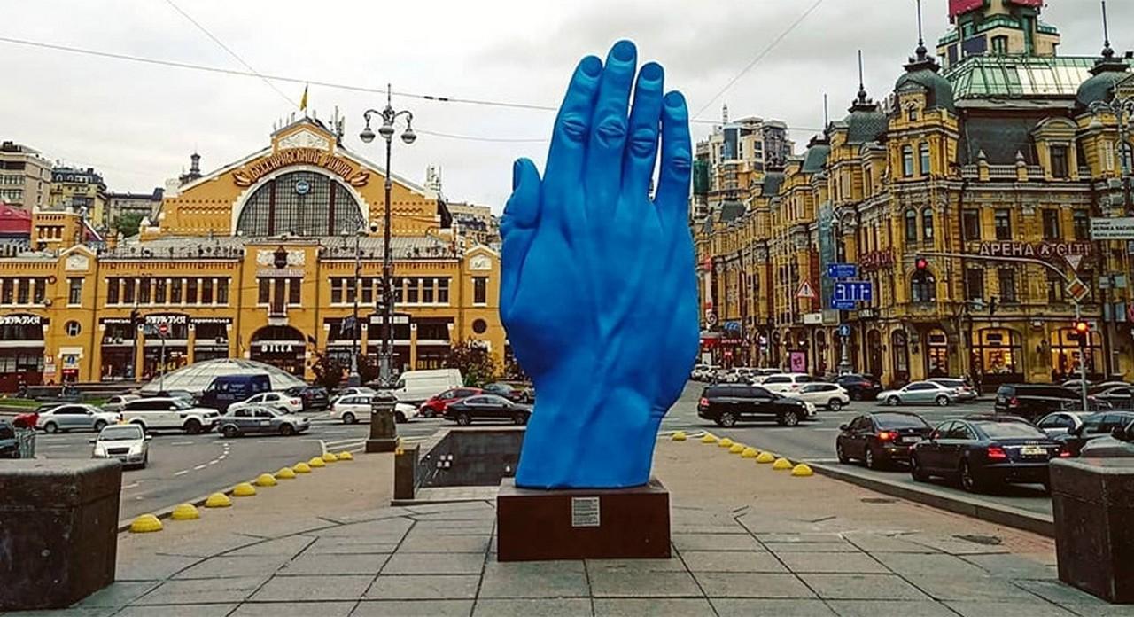 Синяя рука Кремля в Киеве на месте памятника Ленину