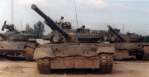 Танк Т-80 снабжен оборудованием для самоокапывания, самовытаскивания, а также приспособлением для крепления противоминного трала