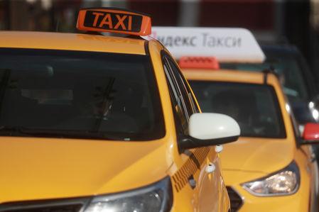 Коньки, икра и плюшевая свинка: что забывали пассажиры такси в праздники